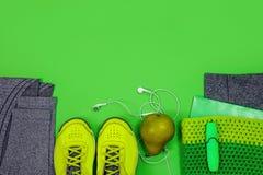 Les chaussures actives saines de sport de mode de vie de forme physique pesant des écouteurs d'espadrilles de vue supérieure d'éc Photographie stock