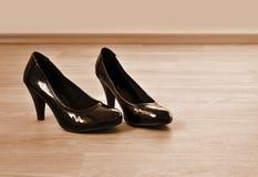 Les chaussures autoguident le plancher Images stock