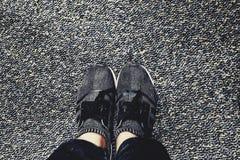 Les chaussures avec la natte noire et grise semble bonne photographie stock