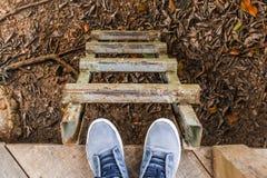 Les chaussures bleues de l'homme regardant vers le bas Image libre de droits