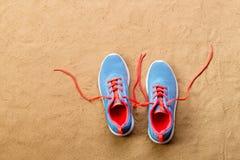 Les chaussures bleues de sports se sont étendues sur la plage de sable, tir de studio Images libres de droits
