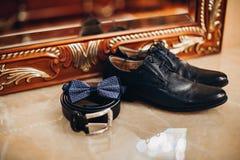 Les chaussures classiques des hommes, ceinture, papillon Photo stock