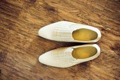 Les chaussures d'hommes blancs Image stock
