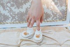 Les chaussures de bébé blanches Images libres de droits
