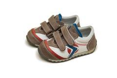 Les chaussures de bébé d'isolement sur le fond blanc Photographie stock libre de droits