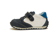 Les chaussures de bébé d'isolement sur le fond blanc Image libre de droits
