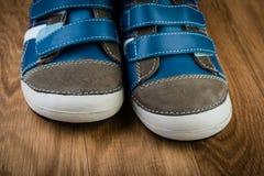 Les chaussures de bébé grises sur la boîte Photo stock