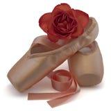 Les chaussures de ballet avec le rouge se sont levées Photo stock