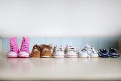 Les chaussures de beaucoup d'enfants Images stock