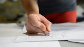 Les chaussures de concepteur crée un croquis sur le papier banque de vidéos
