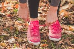 Les chaussures de course se ferment vers le haut Sport et concept sain photos libres de droits