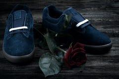 Les chaussures de l'homme bleu-foncé et se sont levées Image libre de droits