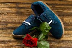 Les chaussures de l'homme bleu-foncé et se sont levées Images stock