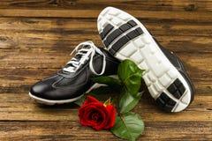 Les chaussures de l'homme de couleur et se sont levées Image stock