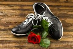 Les chaussures de l'homme de couleur et se sont levées Photographie stock