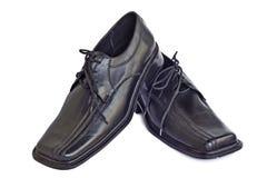Les chaussures de l'homme de couleur noire sur un fond blanc Photo stock