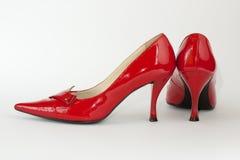 Les chaussures de la dame rouge à coté Images stock