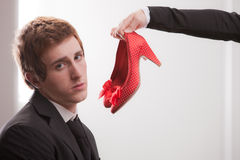 Les chaussures de la femme d'affaires offerte par homme d'affaires Images libres de droits