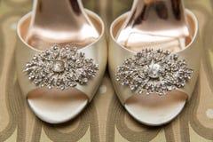 Les chaussures de la jeune jeune mariée Photographie stock libre de droits