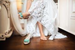 Les chaussures de la jeune mariée le jour du mariage Image stock