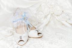 Les chaussures de la mariée, jarretière, robe de mariage Image libre de droits