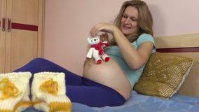 Les chaussures de laine pour le bébé et la fille enceinte jouent avec le jouet de chat clips vidéos