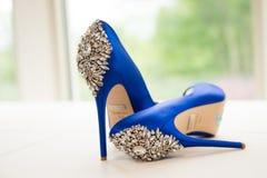 Les chaussures de mariage du ` s de jeune mariée Photographie stock