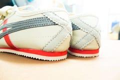 Les chaussures de sports, ont mis dessus la table photos stock