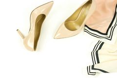 Les chaussures de talon haut de femmes pâlissent - le rose, couleur beige photos libres de droits