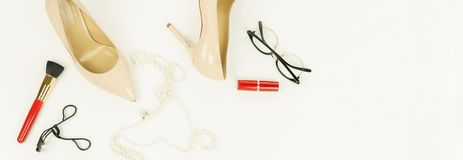 Les chaussures de talon haut de femmes pâlissent - le rose, couleur beige photographie stock libre de droits