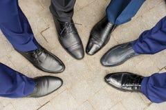 Les chaussures des amis du marié Images stock