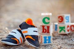 Les chaussures des enfants et le fils de mot Images stock