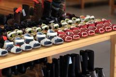 Les chaussures des enfants sur l'étagère Photographie stock