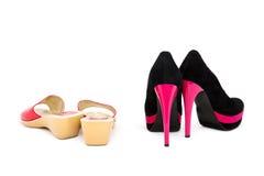 Les chaussures des femmes au bas et aux talons hauts. Photographie stock libre de droits