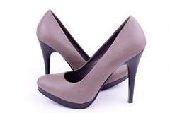 Les chaussures des femmes de paires perpendiculairement Image libre de droits