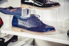 Les chaussures des femmes sur l'étagère Photo stock