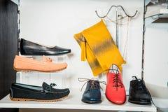 Les chaussures des femmes sur l'étagère dans la vente de boutique Images stock