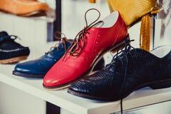 Les chaussures des femmes sur l'étagère dans la vente de boutique Photographie stock
