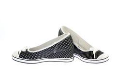 Les chaussures des filles sur le blanc. Photographie stock libre de droits