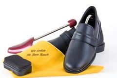 Les chaussures des hommes avec des arbres de chaussure Photo libre de droits