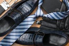 Les chaussures des hommes classiques, lien, boutons de manchette, gants, ceinture, bourse sur Photo libre de droits