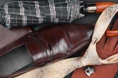 Les chaussures des hommes classiques, lien, boutons de manchette, gants, parapluie, bourse sur le Na Photos stock
