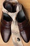 Les chaussures des hommes classiques, lien, boutons de manchette sur le plancher en bois Photo libre de droits