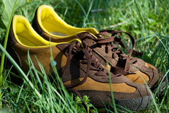 Les chaussures des hommes dans l'herbe Photos stock