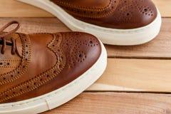 Les chaussures des hommes de Brown sur le backgorund en bois Vue supérieure photographie stock libre de droits