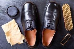 Les chaussures des hommes de couleur avec des accessoires de soin Image stock