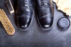 Les chaussures des hommes de couleur avec des accessoires de soin Images libres de droits