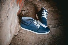 Les chaussures des hommes, espadrilles sur la nature Photo stock