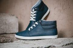 Les chaussures des hommes, espadrilles sur la nature Images libres de droits