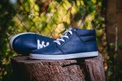 Les chaussures des hommes, espadrilles sur la nature Photos libres de droits